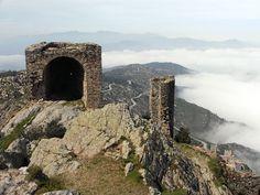 Restes del Castell de Sant Salvador de la Verdera (El port de la Selva), surant sobre un mar de núvols...