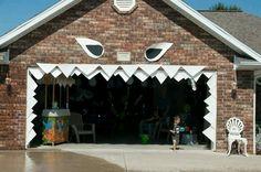 Shark teeth surrounding the garage door opening. Halloween 2016, Holidays Halloween, Halloween Party, Ocean Themes, Beach Themes, Festival Decorations, Halloween Decorations, Shark Room, Pirate Adventure