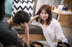 """""""Descendants of the Sun"""" Stills: A Boatload of Laughter, Shade-Seeking, Truck Ride, and More 