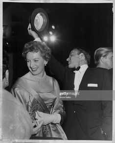 Actors Deborah Kerr and Frank Sinatra attending the premiere of the movie 'Guys And Dolls', Erstklassige Nachrichtenbilder in hoher Auflösung bei Getty Images Hollywood Sign, Hollywood Actor, Classic Hollywood, Old Hollywood, Deborah Kerr, Por Tras Das Cameras, The Sweetest Thing Movie, Guys And Dolls, Humphrey Bogart
