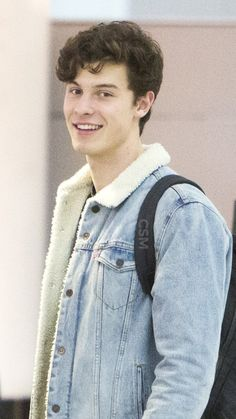 At the airport 😁 Shawn Mendes Shirtless, Shawn Mendes Cute, Magcon, Beautiful Person, Beautiful Boys, Celebrity Singers, Celebrity Style, Shawn Mendas, Shawn Mendes Wallpaper