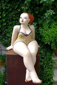 Tigerlilly, Gartenfigur im Badeanzug... sehr relaxed.