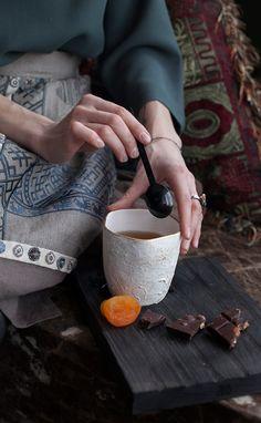 Фарфоровая чаша и поднос из массива дуба - идеально для завтрака. #grusrussia #журавль #russian #style #cup #завтрак