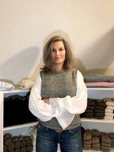 Da jeg havde strikket min fødselsdagsvest, fik jeg ret hurtigt mistanke om, at jeg manglede en helt enkel, farveneutral hverdagsvest. Sådan én, man bare lige trækker over hovedet, uanset om … Knitted Washcloth Patterns, Knitted Washcloths, Winter Looks, Mode Inspiration, Knitting Projects, Knit Crochet, Ruffle Blouse, Turtle Neck, Pixie
