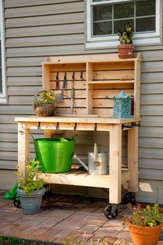Now manage your garden tools in this exquisitely crafted wooden pallet potting bench. With the help of these cheaply available pallets, you can make your own potting bench that will help you to organize your gardening work, avoiding the clutter by providi Outdoor Potting Bench, Pallet Potting Bench, Potting Tables, Outdoor Buffet, Wooden Pallet Projects, Wooden Pallet Furniture, Wooden Pallets, Diy Projects, Diy Pallet