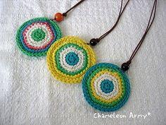 「丸モチーフのカラフルネックレス」丸モチーフを2枚合わせただけの簡単ネックレス。 お好みの色合わせで楽しんでください♪[材料]コットン糸(お好みの色3種)/丸カン(中)/ウッドビーズ(10~12mmのもの)/コード