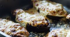 Baked stuffed eggplants by Greek chef Akis Petretzikis. A wonderful dish made with eggplants, ground beef, tomatoes, herbs, cheese and a creamy bechamel sauce! Good Food, Yummy Food, Eggplant Recipes, Group Meals, Greek Recipes, Vegetable Dishes, Delish, Favorite Recipes, Baking