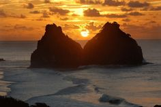 Da praia da Cacimba do Padre, em Fernando de Noronha, se vê o Morro Dois Irmãos, o principal cartão-postal do arquipélago nordestino #Pernambuco #Brasil