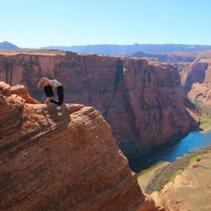 Horseshoe Bend - Travel Bucket List. Road trip Utah and Arizona | Travel Tips, Inspiration, Adventure and places to see. Wanderlust travel blog.  Photo via @StephBeTravel