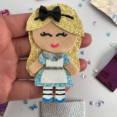 Alice in wonderland Disney princess glitter hair clip Diy Hair Bows, Bow Hair Clips, Glitter Hair, Hairbows, Hair Brush, Diy Hairstyles, Alice In Wonderland, Bling, Disney Princess