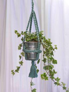 Compartimos con vosotras este tutorial para hacer un macetero de ganchillo para colgar plantas. Es muy fácil de hacer y si aún no sabe... Potted Plants, Plant Hanger, Pot Holders, Planter Pots, Blog, Diy, Inspiration, Hooks For Hanging, Chain Stitch