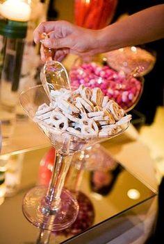 Una mesa de dulces en una boda es muy divertida! / A sweet table at a wedding is so much fun!