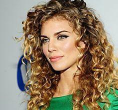 Capelli: un trucco per ricci al top Beauty Care, Beauty Makeup, Hair Makeup, Hair Beauty, About Hair, Hair Looks, Hair Inspo, Dame, Curly Hair Styles
