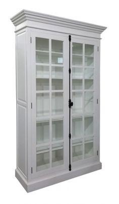 Raffles glasskabinett i hvitmalt poppeltre på hele 140x233 cm. Skapet har godt med innbevaringsplass og er et pent innslag i et moderne…