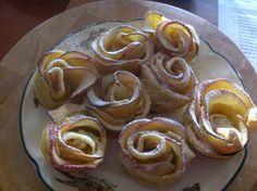 Ongeveer 20 minuten op 180°` •4 plakken bladerdeeg •300 ml water •2 eetlepels abrikozenjam •2 appels  1.Laat de plakjes bladerdeeg ontdooien. 2.Meng in een pannetje het water met de jam en breng aan de kook.. 3.Snijd de appel doormidden en in hele dunne plakjes. 4.Leg de plakjes appel 1 minuut in het warme abrikozenwater en haal ze er dan weer uit. 5.Snij stroken van de bladerdeeg en smeer deze in met het jammengsel. 6.Leg hier de appelpartjes op. 7.Oprollen.