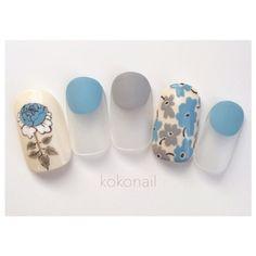 マリメッコのマーライスルースを大胆に配置。大輪の花が印象的ですね。控えめなベージュとブルー、グレーのカラーリングで大人っぽく仕上げて。
