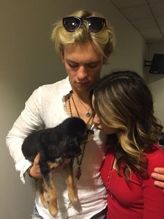 """Such a sweet, adorable and touching photo of Laura Marano and Ross Lynch from """"Austin & Ally"""" spending time with Pixie. Laura leaned in to give the Ross Lynch, Riker Lynch, Laura Marano, Austin And Ally, Teen Beach 2, Austin Moon, Disney Channel Stars, Disney Shows, Photo Couple"""