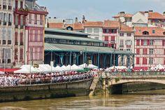 Irriguée par l'Adour et la Nive, Bayonne est plus cosmopolite et culturelle qu'il n'y paraît. Terrienne, portuaire, conservatrice et « identitaire », la grande ville du Pays basque nord bouscule sa routine lors d'événements sportifs et festifs. Au-delà des édifices connus, la découverte de la face cachée des quartiers restitue la personnalité d'une cité où l'on vénère autant le rugby, la pelote et la tauromachie que la « fiesta ».