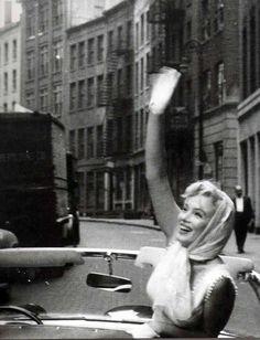 Marilyn Monroe waves goodbye. Photo: Sam Shaw, 1957.
