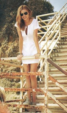 Miranda Kerr and a casual summer outfit. Dress With Converse, Dress With Sneakers, White Sneakers, Sneakers Fashion, Simple White Dress, Little White Dresses, White Casual, White Chic, Trendy Dresses