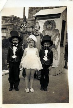 Trixie's Treats: 31 Days of Halloween: Ghosts of the Past Retro Halloween, Creepy Old Photos, Halloween Fotos, Vintage Halloween Photos, Classic Halloween Costumes, 31 Days Of Halloween, Halloween Pictures, Halloween Ghosts, Vintage Holiday