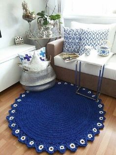 The round crochet rug is a versatile craft that you can make to decorate your home or even to sell and complement your income. Crochet Mat, Crochet Eyes, Crochet Carpet, Crochet Rug Patterns, Crochet Home, Love Crochet, Crochet Stitches, Knit Rug, Knitting Accessories