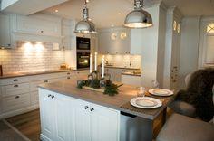 All white kitchen Kitchen Dining, Kitchen Island, Dining Room, Norwegian House, Fredrikstad, All White Kitchen, Kitchen Interior, Home Kitchens, Beautiful Homes