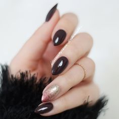 """""""Semilac 076 Black Coffee, a na serdecznym cieniowanie z Semilac 037 Gold Disco i 094 Pink Gold  #hedonistkanails   #nails #nailswag #nailsofinstagram…"""""""