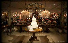 Mesa bolo redonda e chandelier
