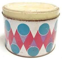 Lata de sorvete Kibon (que depois era utilizada para guardar bolachas. Olha aí, vestígios de fundamentos sustentáveis!)