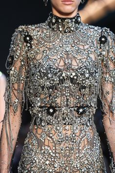 Alexander McQueen Fall 2019 Ready-to-Wear Fashion Show Details: See detail photos for Alexander McQueen Fall 2019 Ready-to-Wear collection. Look 102 Look Fashion, Fashion Details, High Fashion, Fashion Show, Fashion Outfits, Fashion Design, Daily Fashion, Street Fashion, Chanel Couture