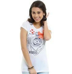 Camiseta estampada com máquina fotográfica e detalhe de laço.    Printed shirt w/ camera and tie detail.