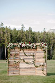 This pallet wedding ceremony backdrop is to die for! I love the creative wedding ceremony decor idea. It would be easy for a DIY wedding! Rustic Wedding Backdrops, Wedding Reception Backdrop, Pallet Wedding, Wedding Photo Booth, Ceremony Backdrop, Diy Wedding, Wedding Photos, Wedding Decorations, Trendy Wedding