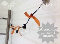 Tie ribbons between lights. 46 Awesome String-Light DIYs For Any Occasion Icicle Lights, Fairy Lights, String Lights, Globe Lights, Dorm Decorations, Light Decorations, Halloween Decorations, Diy Luz, Idee Diy
