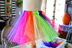 The world& most adorable clown costume EVER! Here is a step by step instructions on how to make this clown tutu costume. Tutu Costumes, Halloween Costumes, Costume Ideas, Costume Clown, Halloween Cupcakes Easy, Tutu Tutorial, Baby Skirt, Kids Dress Up, Costume Patterns