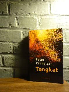 Vlamingen hebben een uniek taalgevoel, zo ook Peter Verhelst. Hij kneedt zijn verhalen aan elkaar, gebruikt elementen uit alle hoeken van de wereldculturen, van de Griekse klassieken tot aan de moderne Amerikaanse popmuziek. Betoverend en ontluisterend tegelijk. Literatuur waar je even helemaal in op kunt gaan.