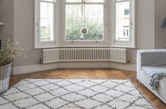 Radiators for bay windows – the Bisque Classic in pure white 9010 – rugcut Victorian Radiators, Curved Radiators, Column Radiators, Bay Window Bedroom, Bay Window Living Room, 6 Bedroom House, Master Bedroom, Victorian Living Room, Victorian Homes