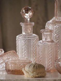 Vintage Dressing oud roze kaptafelset / old pink vanity set. Pink Vanity, Vintage Vanity, Vanity Set, Vintage Pink, Shabby Vintage, Glass Vanity, The Painted Veil, French Home Decor, Vintage Perfume Bottles