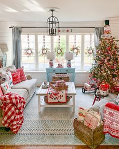 10 Charming Living Rooms to Inspire Your Holiday Decor The Effective Pictures We Offer You About simple country farmhouse decor A quality picture can tell you many things. You can find Christmas Living Rooms, Christmas Home Decorating, Country Farmhouse Decor, Farmhouse Lighting, Modern Country Decorating, Southern Decorating, Farmhouse Homes, Country Homes, Vintage