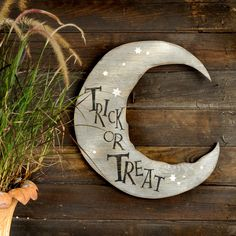 Halloween Moon Sign Trick or Treat Crescent Moon Halloween Halloween Wood Crafts, Halloween Moon, Fete Halloween, Halloween Home Decor, Halloween Signs, Halloween Season, Halloween Projects, Halloween House, Holidays Halloween