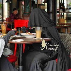 Eating with a niqab on. Arab Girls Hijab, Girl Hijab, Muslim Girls, Hijab Niqab, Mode Hijab, Hijab Outfit, Beautiful Muslim Women, Beautiful Hijab, Muslim Women Fashion