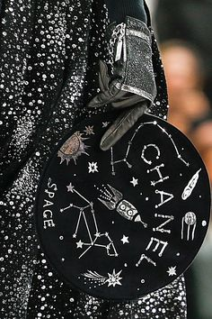 >> A mix of well-known and lesser-known designers ◇ haute couture ◇ fashion week and outlandish fashion in different colors ☼ Space Fashion, World Of Fashion, Fashion Bags, Mode Chanel, Chanel Paris, Gucci, Fendi, Givenchy, Fashion Week Paris