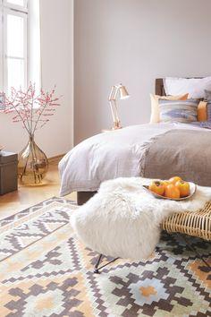Blumige Ideen fürs Schlafzimmer: Auf dem Nachttisch duften entspannende Kräuter wie Lavendel oder Melisse. Große Bodenvasen mit frischen Zweigen sind puristische Hingucker, die Deine Ruhe nicht stören.