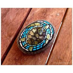 Sea Turtle mosaic on beach rock by Anne Marie Price Mosaic Rocks, Mosaic Stepping Stones, Pebble Mosaic, Mosaic Art, Mosaic Glass, Mosaic Tiles, Mosaic Mirrors, Glass Tiles, Fused Glass