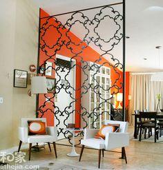 家的大门开在客厅中间位置,而整个空间是时尚的一居室设计,一居室的设计就是要保证家的宽敞感,而玄关隔断自然不能太过封闭,带有美丽花纹的铁艺隔断,起到了划分区域的效果,并且保持了通透的视觉。