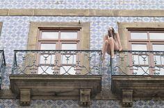 Die Lady wartet auf dem Dach - und nein, sie lebt nicht. Foto: Doris Portugal, Lady, Pictures