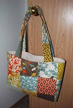 This free pattern is brought to you by Naptime Crafting. Get the free shoulder…