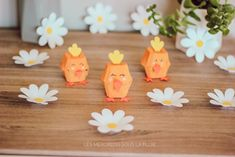 Petits Poussins en carton recyclé Boîte d'oeufs Recycler Diy, Yellow Painting, Making Memories, Baby Chicks, In The Rain, Love Birds