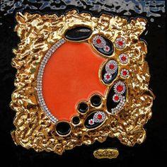 'La pasión turca' es sucumbir a la majestuosidad del oro y el color escarlata del fuego. Cautiva por su profundo simbolismo. Déjate llevar...
