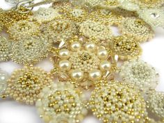 Kolia ślubna...magiczna, pełna dobrej energii Beaded Bead, Beaded Necklaces, Beadwork, Beading, Colorful Bracelets, Beaded Embroidery, How To Make, Jewelry, Necklaces